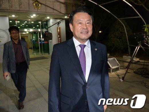 [사진]전체회의 마친 김대년 선거구획정위원장