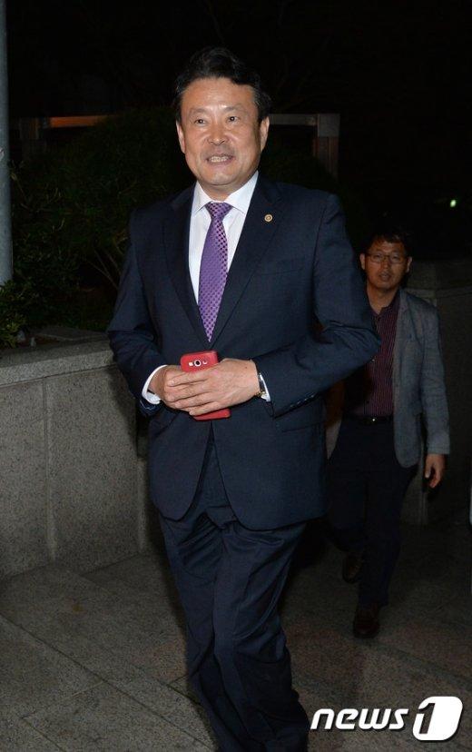 [사진]선관위 청사 나서는 김대년 선거구획정위원장