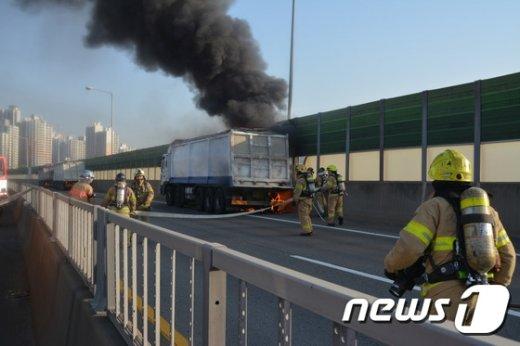 [사진]서해안고속도로 달리던 트럭에서 화재