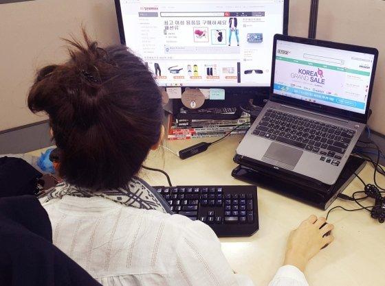 중국 직구 인터넷 사이트에 접속해 제품을 구입하고 있는 한 소비자의 모습