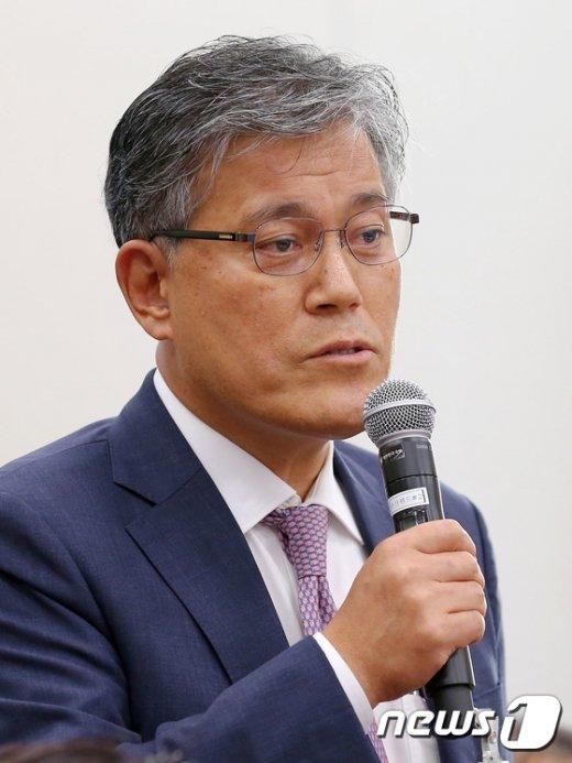 [사진]질의에 답하는 강현구 롯데홈쇼핑 대표이사