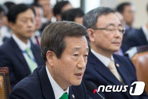 [사진]답변하는 김재홍 방통위 부위원장