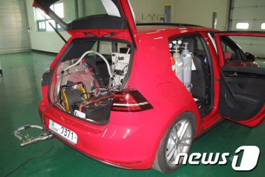 [사진]도로 주행시 배출가스 검사 장비 설치된 폭스바겐 골프