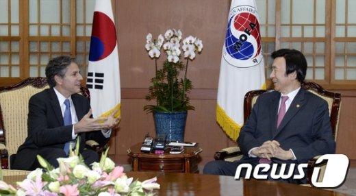 [사진]대화 나누는 윤병세-토니 블링큰
