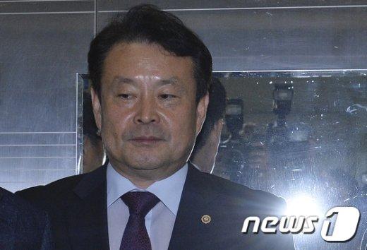 [사진]김대년 위원장 '플래시 세례'