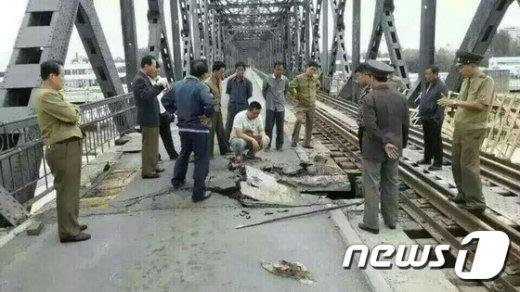 지난달 28일 북한과 중국을 연결하는 '압록강 철교'에 노면 붕괴 사고가 발생한 모습.© News1