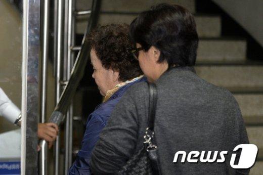 [사진]법정 들어서는 '이태원 살인사건' 피해자 어머니
