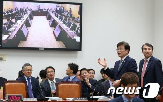 [사진]화상 국감장 둘러보는 최양희 장관
