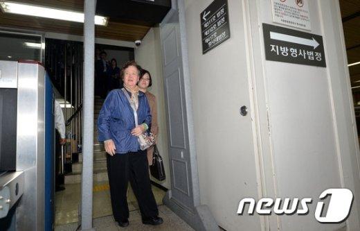 [사진]이태원 살인사건 첫 재판 참석 마친 피해자 母