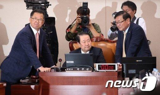 [사진]교육부 국정감사, 국정교과서 논란으로 '파행'