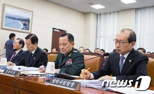[사진]국감 출석한 장명진 방위사업청장