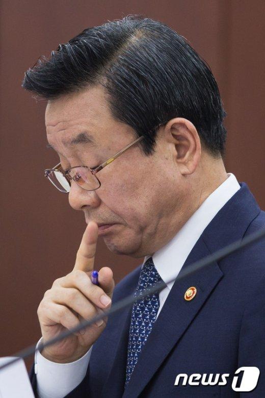 [사진]생각에 잠긴 박인용 국민안전처 장관