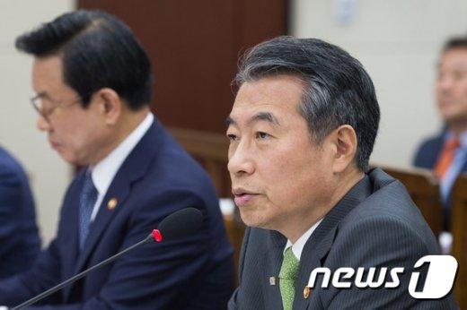 [사진]정종섭 행자부 장관 국감 답변