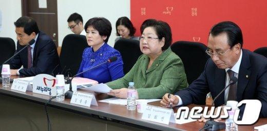 [사진]모두발언하는 김을동 위원장