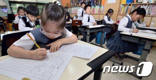 [사진]다가오는 한글날, 글쓰기에 집중하는 어린이들