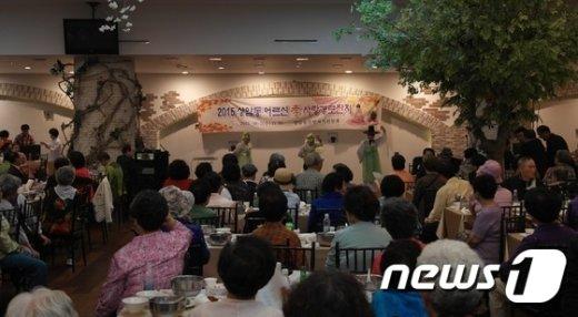 지난 7일 상암동 '봄날의 정원'에서 열린 경로잔치(제공:마포구)© News1