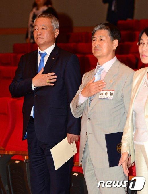 [사진]국민의례하는 안양옥-남상남