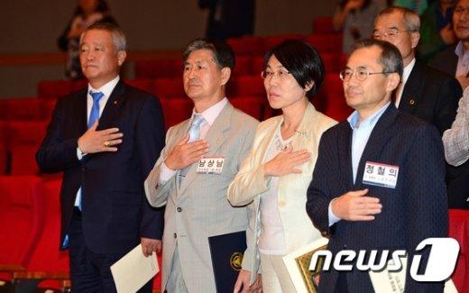 [사진]국민의례하는 안양옥 위원장과 남상남 회장