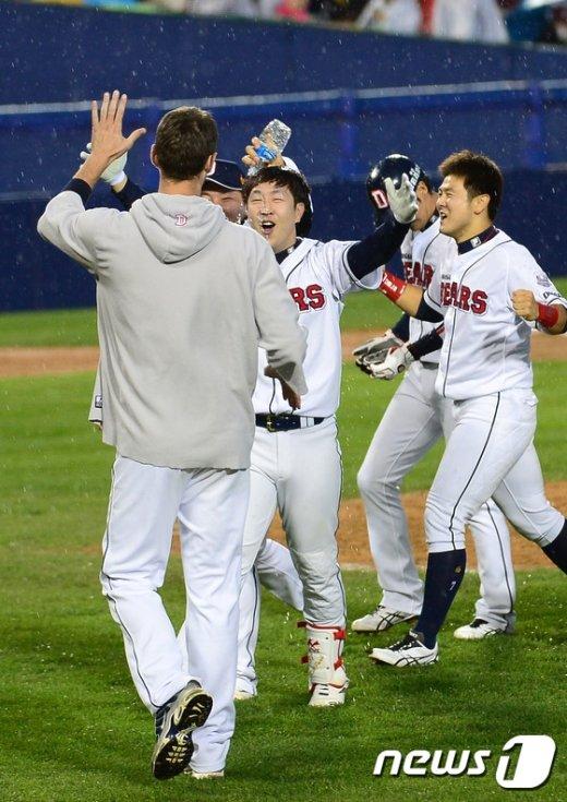 [사진]니퍼트와 승리의 기쁨 나누는 박건우
