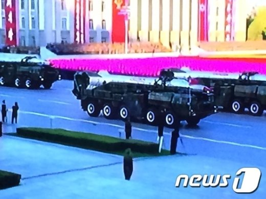 북한이 10일 진행된 노동당 창건 70년 기념 열병식에서 대륙간탄도미사일(ICBM)인 KN-08의 개량형을 처음으로 공개했다.(쪼선중앙TV 캡처)© News1