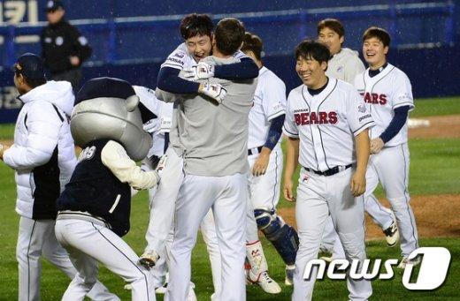 [사진]박건우, 니퍼트와 뜨거운 포옹
