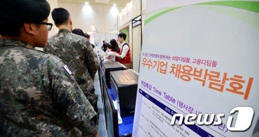 [사진]우수기업 채용박람회 찾은 군장병들