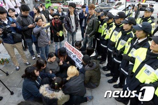 [사진]'국정교과서 반대' 기습시위