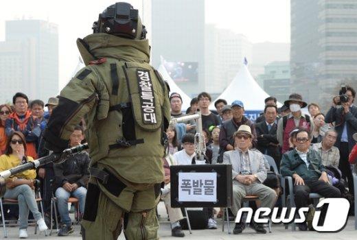 [사진]폭발물 처리 시연 '조심조심'