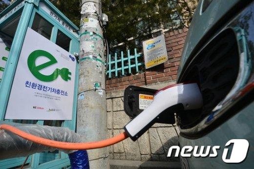 서울 영등포구 당산동 현대아파트 후문에 공중전화부스 전기차 충전소가 설치돼 있다.© News1 송은석 기자