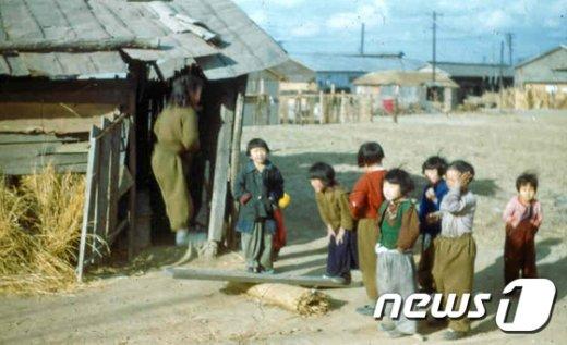 [사진]널뛰기하는 아이들