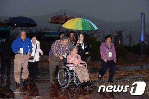 [사진]면회소에 들어서는 이산가족들