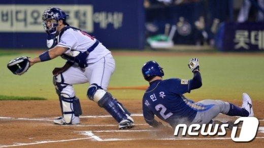 [사진]박민우 '선취점 알리는 슬라이딩'