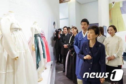 [사진]한복 보는 박근혜 대통령