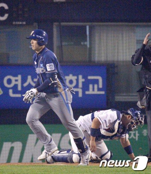 [사진]볼넷에 고개숙인 두산