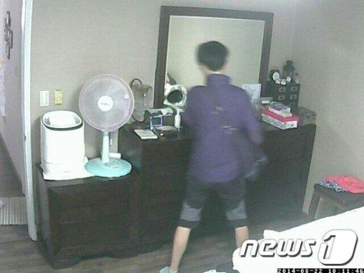정씨가 마포구의 한 아파트에서 물건을 훔치는 모습.(서울 마포경찰서 제공) © News1