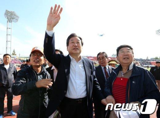 [사진]손 흔들며 인사하는 김무성 대표