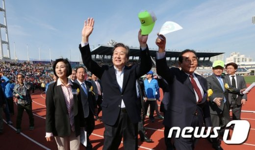 [사진]이북도민 향해 인사하는 김무성 대표