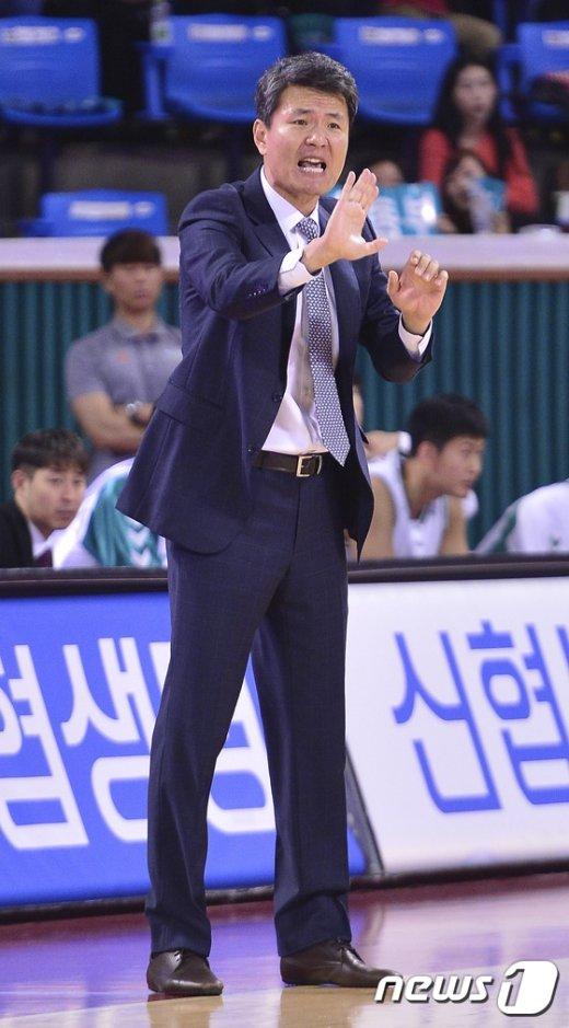 [사진]동부 김영만 감독 '그게 아니잖아'