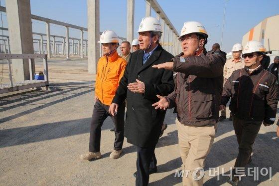한화건설이 시공하고 있는 '이라크 비스마야 신도시건설' 공사현장. 한화건설 관계자가 발주처 관계자에 공사 상황을 설명하고 있다. / 사진제공=한화건설
