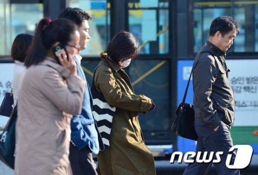 [사진]'부쩍 추워진 날씨에 마스크 끼고'