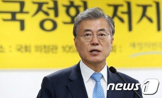 [사진]'국정화 저지' 토론회 인사말하는 문재인 대표
