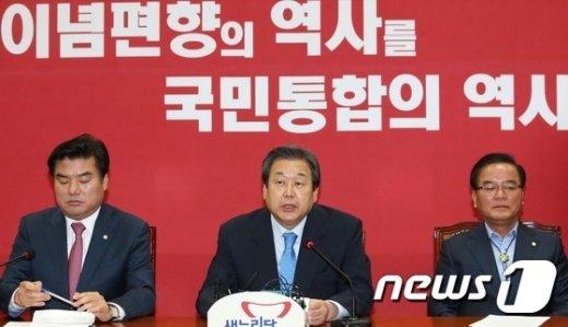 새누리당 김무성 대표가 28일 서울 여의도 국회에서 열린 최고중진연석회의에서 모두발언을 하고 있다. 2015.10.28/뉴스1 © News1 오대일 기자