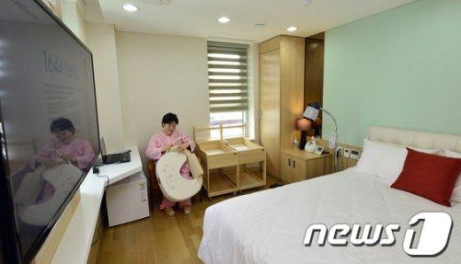 서울 송파구 장지동 송파산모건강증진센터 산모실에서 한 산모가 수유쿠션을 살펴보고 있다./© News1