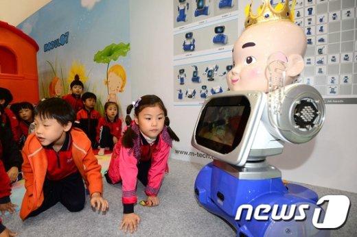 [사진]유치원에 나타난 로봇 선생님