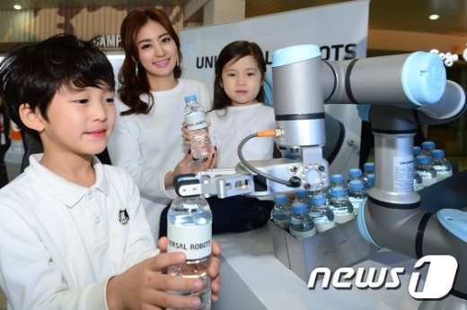 [사진]'로봇이 직접 생수를 나눠드려요'