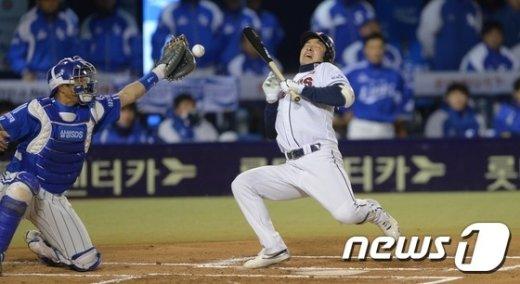 [사진]민병헌 '깜짝 놀랐네'