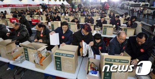 서울 청계광장에서 열린 '2014 희망나눔 박싱데이'.  /뉴스1 © News1 박지혜 기자