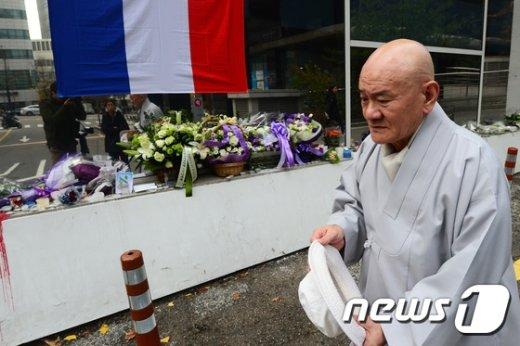 [사진]프랑스 테러 희생자 추모공간 찾은 스님