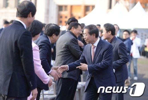[사진]참석자들과 인사 나누는 박원순-조희연
