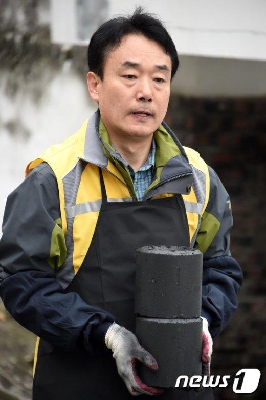 [사진]'사랑의 연탄' 나르는 김용하 산림청 차장